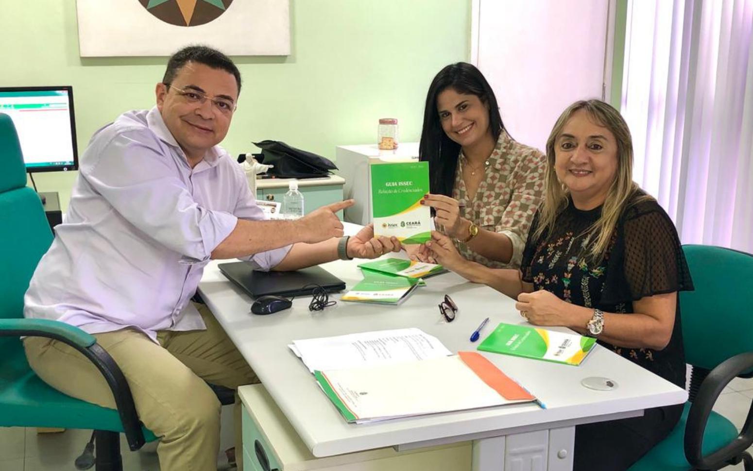 Issec recebe versão impressa do Guia Saúde